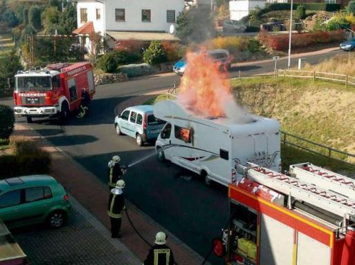 Brennendes Wohnmobil der angeblichen Dner-M...
