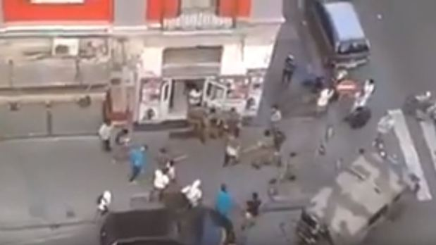 Neapel: Migranten greifen italienische Soldaten auf offener Straßean